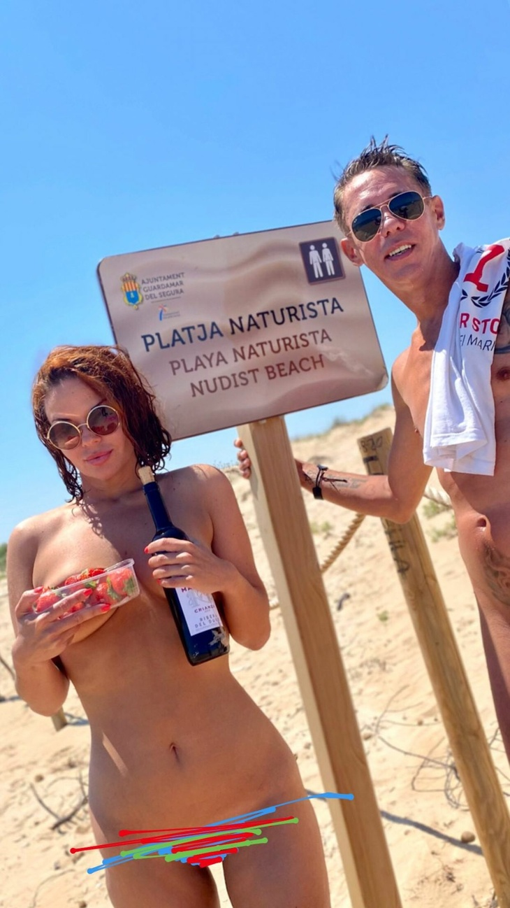 С клубникой и вином: Панин с женой полностью оголились на нудистском пляже