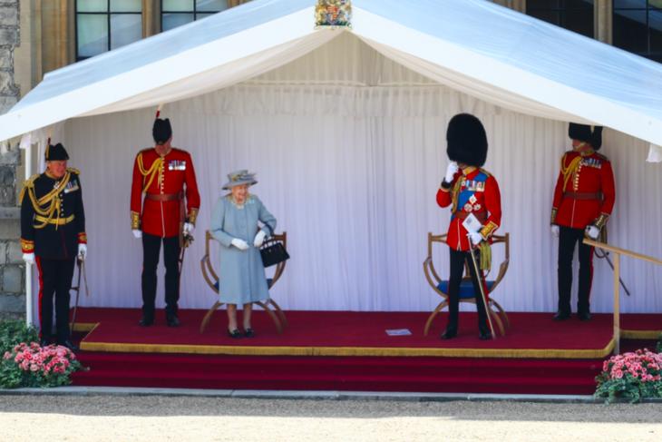 Так необычнее Елизавета II отказалась от ножа и разрезала праздничный торт мечом