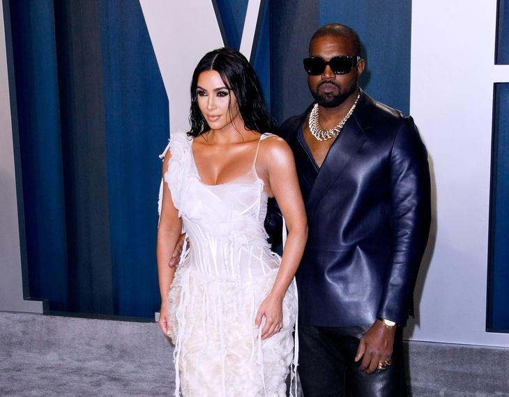 Пошла под венец: Ким Кардашьян надела свадебное платье на презентацию  альбома Канье Уэста